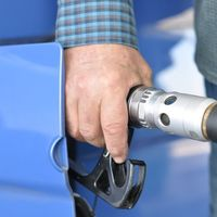 La guerra de precios en la OPEP y el coronavirus mantienen en mínimos el precio del crudo (y se nota en los carburantes)