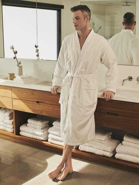 La personalización ahora hasta en el baño así es el nuevo servicio en las batas de Zara Home