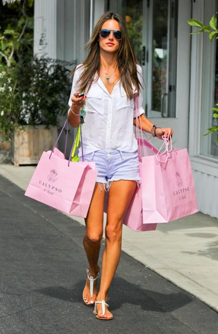 Alessandra Ambrosio look shorts