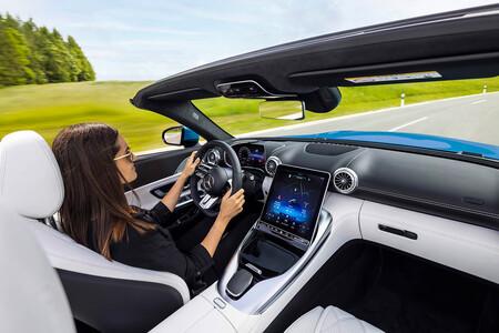 Mercedes nos desvela el interior del nuevo Mercedes AMG SL: asientos 2+2 y pantalla central inclinable