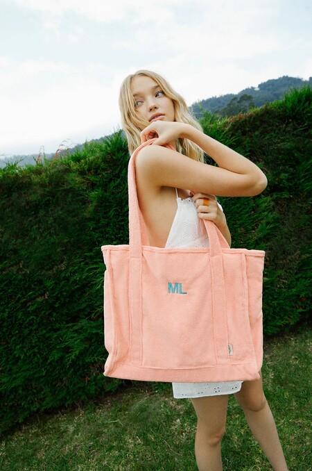 Pull & Bear sigue la estela de Zara y lanza un bolso personalizable (con las iniciales) perfecto para ir a la playa
