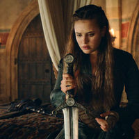 Tráiler de 'Maldita': la serie de Netflix en la que Katherine Langford se hace con Excalibur ya tiene fecha de estreno