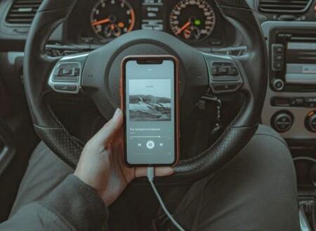 200 euros y 6 puntos: la DGT aclara la nueva multa por usar el móvil en el coche