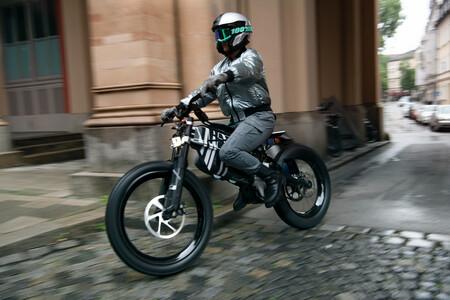BMW Vision AMBY: un híbrido entre bicicleta y moto eléctrica que es la apuesta ecológica de BMW por la movilidad urbana