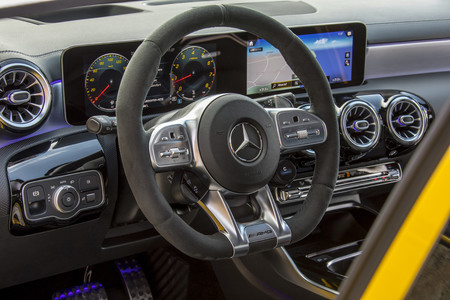 Mercedes-AMG A35 digital interior y volante