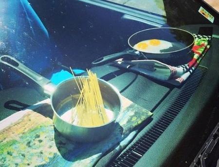 Una mujer cocina dentro de su coche al sol para demostrar lo peligroso que es dejar a los niños solos