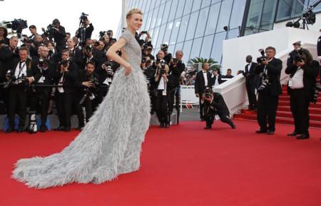 ¡Naomi Watts abre la alfombra roja de Cannes rodeada de plumas! Gracias Elie Saab por hacer cosas como ésta