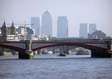 El puente solar más grande del mundo se ha construido en Londres