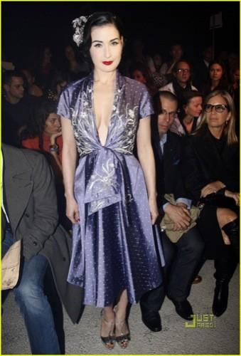 Dita von Teese en el front row de John Galliano en la Semana de la Moda de París
