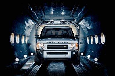 Land Rover LR3 hace volar un avión