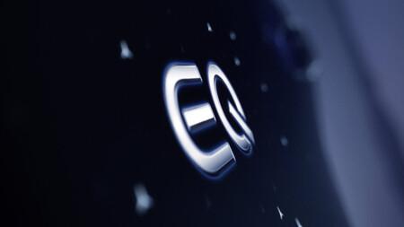"""El Mercedes-Benz EQS tendrá una """"hyperscreen"""", una pantalla por todo lo ancho del auto"""