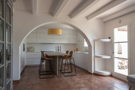 El arco como elemento separador en una preciosa cocina abierta y ...