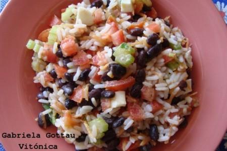 Ensalada de arroz, judías negras y vegetales. Receta saludable