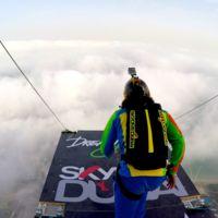 Salto base desde un tremendo rascacielos en Dubai en 4K: más alucinante imposible