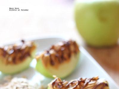 Gajos de manzana con crema de cacahuate, avena tostada y chocolate. Receta para niños