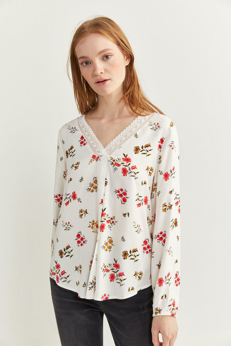 Blusa de manga larga abullonada, con cuello en uve con detalle lace.