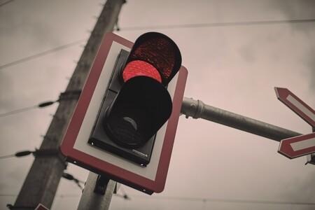Multa por disparar desde el coche y cárcel por salpicar a los peatones. Estas son las normas de tráfico más raras del mundo