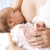 Aunque haga mucho calor, normalmente no hace falta darle agua a los bebés antes de los seis meses