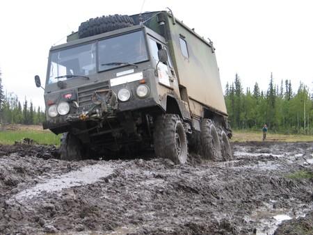 Este Volvo fue un camión del ejército y ahora es una camper con literas y estufa de leña, a la venta por el precio de un Dacia Duster
