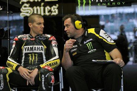 Ben Spies oyendo a su técnico en Silverstone 2010