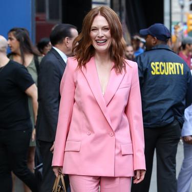 Julianne Moore nos da las claves para la vuelta a la rutina: un traje-pantalón a todo color