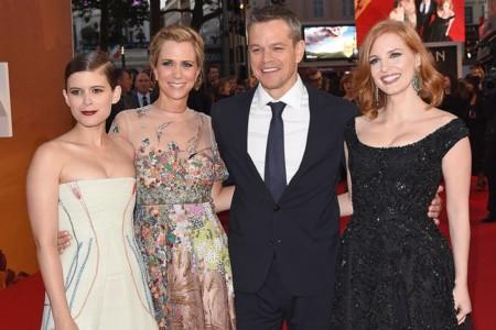 Matt Damon posa junto Kate Mara, Kristen Wiig y Jessica Chastain en la premiere del film