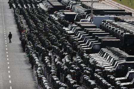 Efectivos del ejército brasileño se preparan para iniciar la labor de vigilancia poco antes del Mundial de Fútbol
