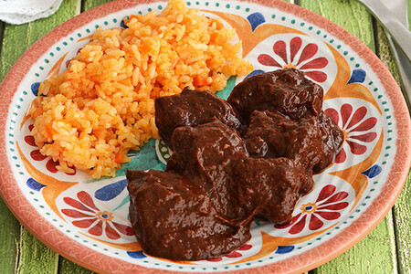 Carne en salsa de chile pasilla. Receta fácil de comida tradicional mexicana