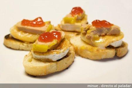 Montadito de foie, queso de cabra y mermelada de tomate. Receta