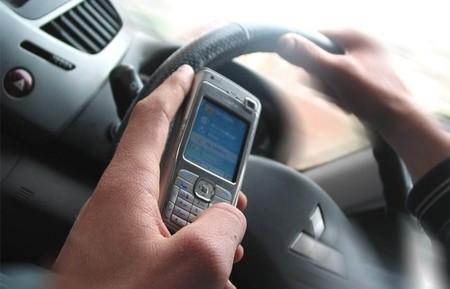 La NHTSA quiere que se bloqueen automáticamente ciertas funciones del teléfono mientras se conduce