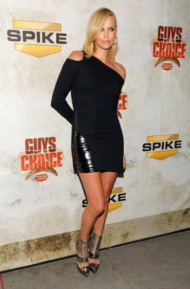 Charlize Theron y Scarlett Johansson guapísimas en los premios Guys Choice