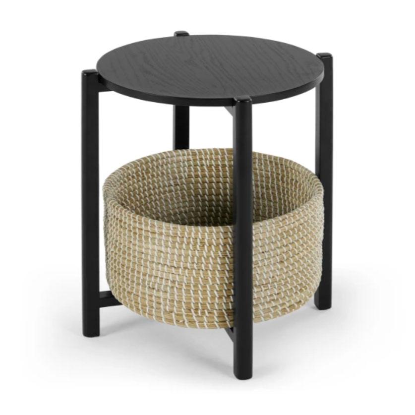 Mesilla de noche en negro y con una cesta de ratán