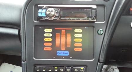 Un Nexus 7 en el salpicadero de un Toyota Celica