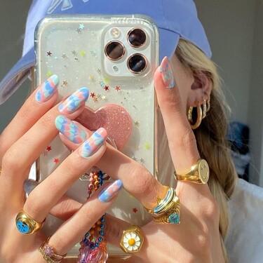 La manicura tie dye es perfecta para el verano y las chicas de moda nos lo demuestran (e inspiran)