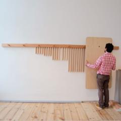 Foto 2 de 7 de la galería mesas-y-taburetes-que-se-guardan-colgados-en-la-pared en Decoesfera