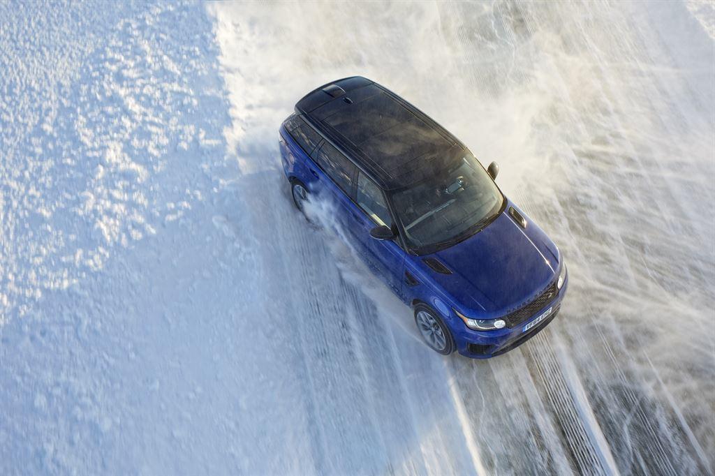 Foto de Range Rover SVR muestra su capacidad sobre una pista helada (1/4)