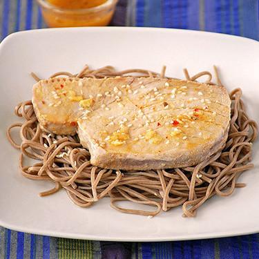 Receta de atún marinado a la naranja y jengibre con fideos soba, pescado con inspiración japonesa