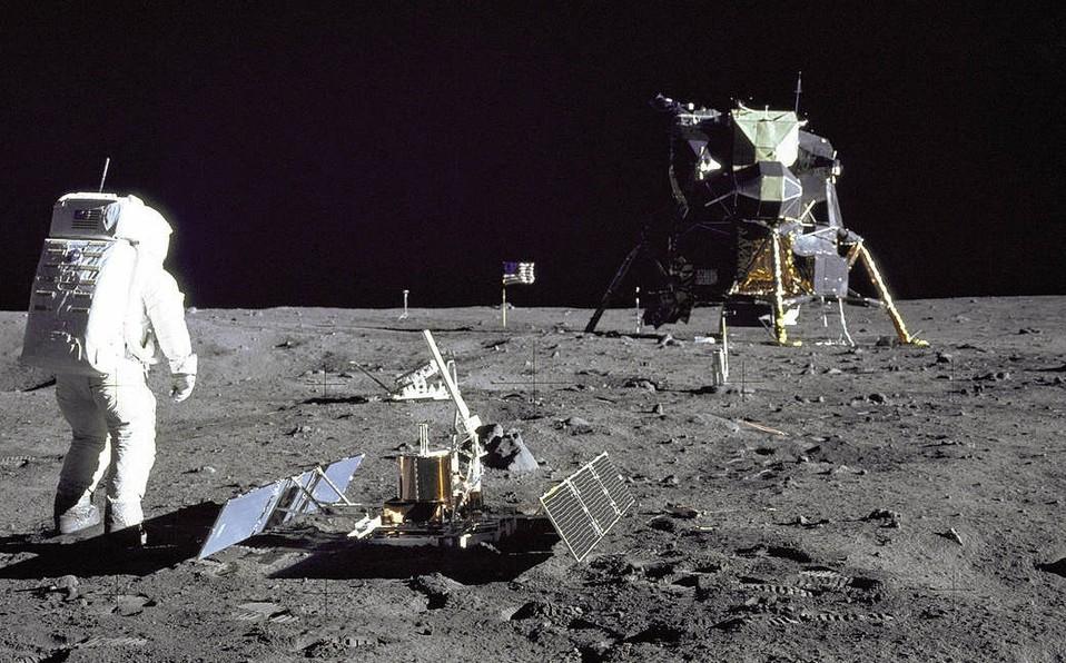 Tu <strong>iPhone℗</strong> 6 podría verificar 120 millones de misiones a la luna desde tu bolsillo»>     </p> <p>Esta semana se está conmemorando el <strong>50 aniversario de la llegada del hombre a la luna</strong> por la misión del Apolo 11 con Neil Armstrong, <em>Buzz</em> Aldrin y Michael Collins. La tecnología del 2019 no se puede comparar a la existente en 1969, por eso sorprende que un aparato tan pequeño como un <strong>iPhone℗</strong> XS podría guiar millones de viajes así.</p> <p> <!-- BREAK 1 --> </p> <div class=