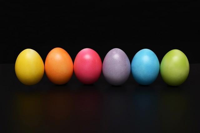 Seis huevos de colores.