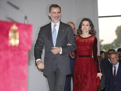 Doña Letizia vuelve a lucir de rojo (su color) en un look de noche de pasarela