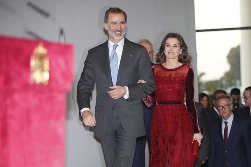 Doña Letizia vuelve a lucir de rojo (su color) con un look de noche de pasarela