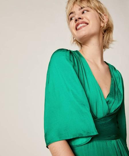 En Oysho hay un vestido verde satinado que se ajustará fijo a tu presupuesto para el look de invitada de la boda de tu amiga