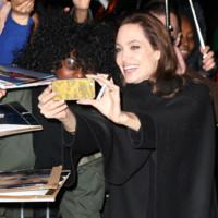 Negro por aquí, negro por allá. Angelina Jolie no se complica con sus looks