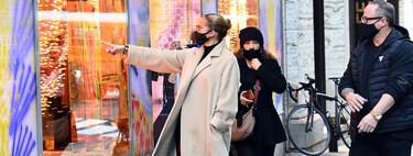 Jennifer López confía en los básicos: recreamos su último outfit con un abrigo beige en compañía de un total look black