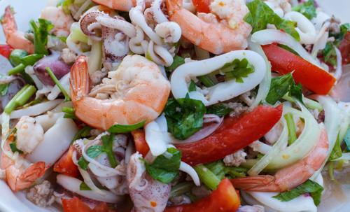 Cenas proteicas rápidas y fáciles: ensalada templada de calamares y langostinos (V)