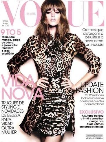 ¡Hasta con un total look en print animal me gusta Freja Beha Erichsen en la portada de Vogue Brasil!
