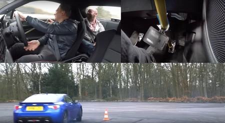 Los de Autocar se aburren y han decidido demostrar que dos personas pueden hacer drifting a la vez en un Subaru BRZ