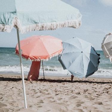 Para este verano, vuelven las sombrillas de aire retro, inspiradas en las playas españolas de los 60