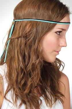 Otra alternativa a la típica cinta son las tiras de cuero, terciopelo o raso que normalmente se utilizan como collar. En lugar de atártelas al cuello,