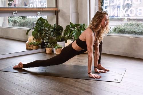 Cinco rutinas de Yoga en español para hacer en casa en 15 minutos o menos
